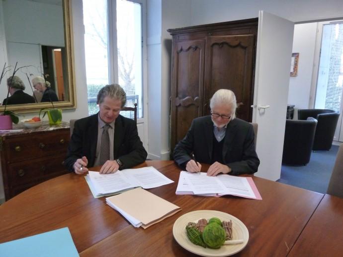 François Meunier, Président de La Résidence Sociale et Christian Tracshel, Président de l'APEI Rueil-Nanterre signent la convention de transfert des établissements
