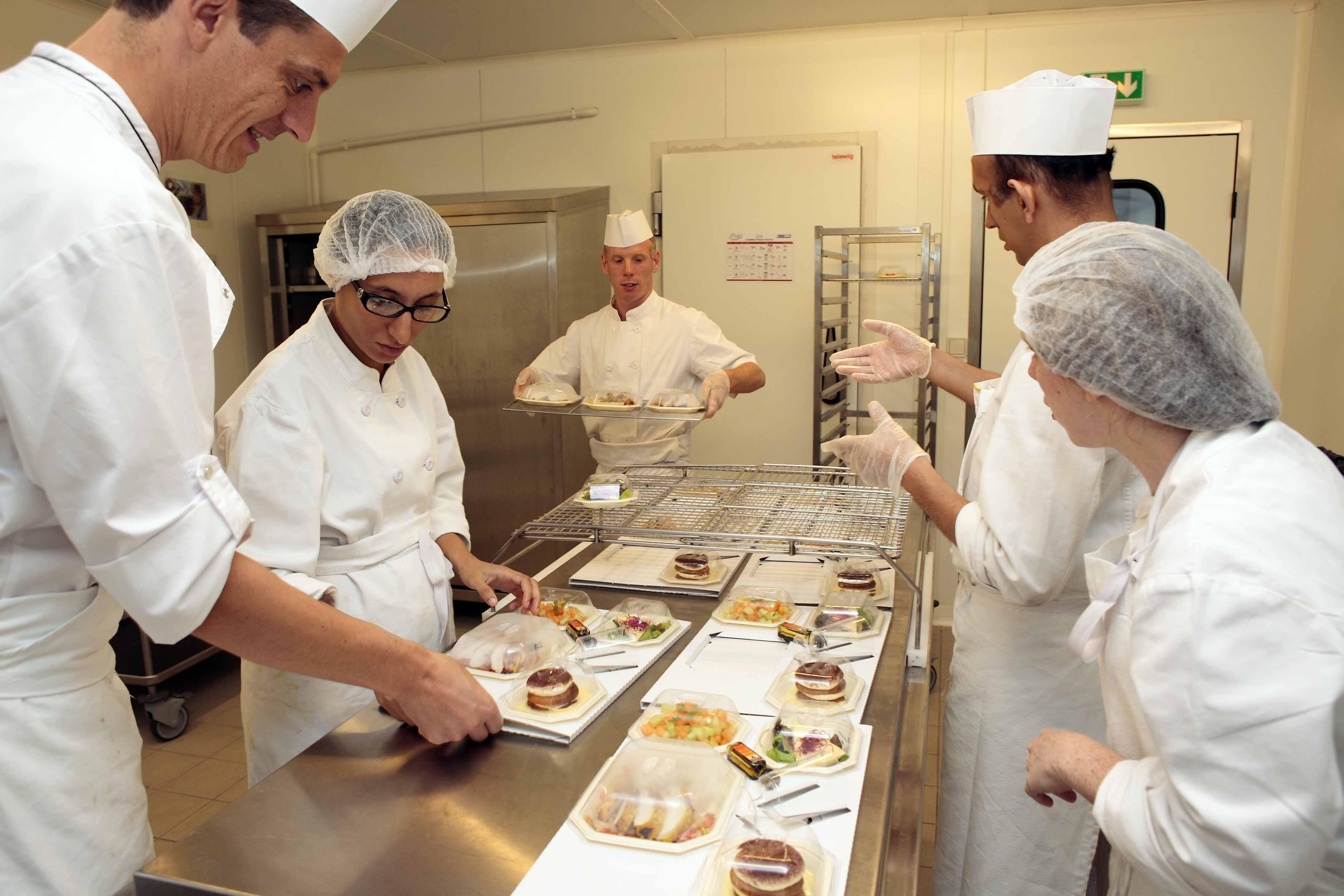 Préparation et expédition de plateaux repas dans la cuisine de l'Esat Pleyel. www.esat-pleyel.com